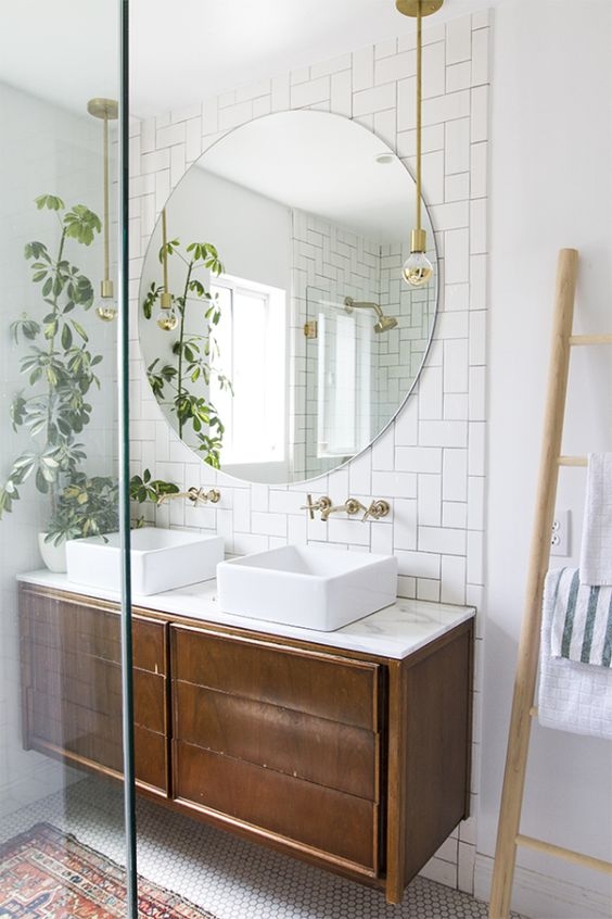 Ronde spiegel in badkamer