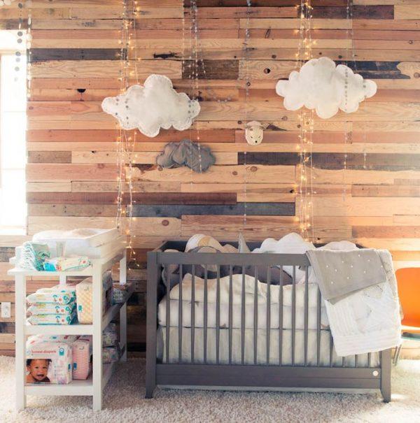 babykamer jongen houten wand