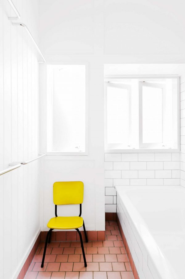 badkamer gele stoel