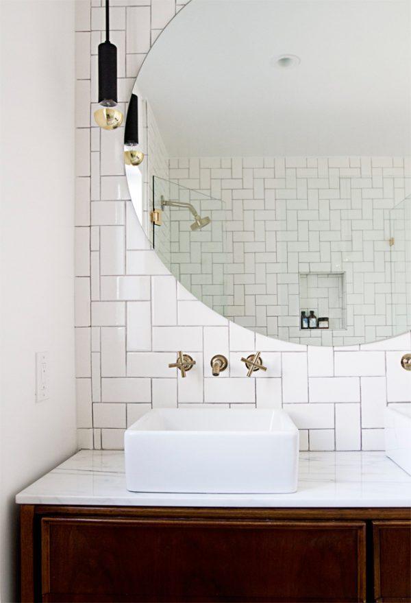 badkamer gouden details ronde spiegel
