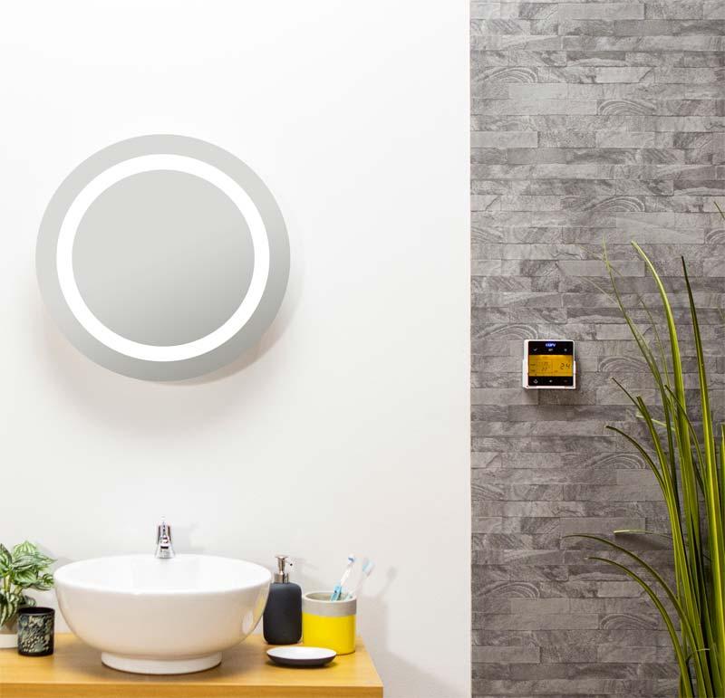 Infrarood verwarming in de vorm van een mooie ronde spiegel boven de wastafel.