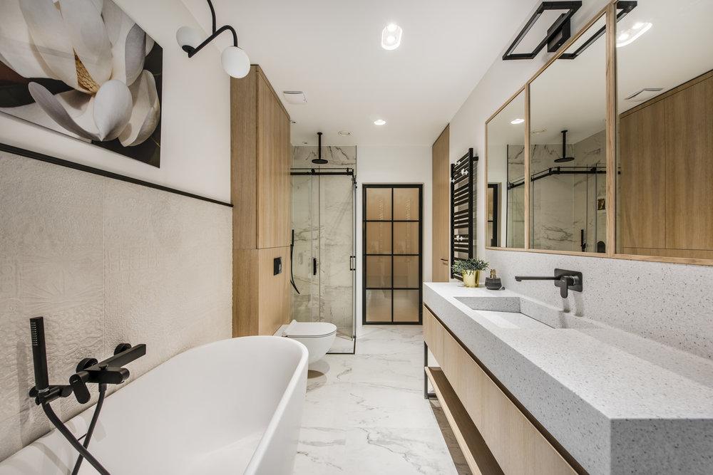 In deze luxe badkamer is er gekozen voor een mooie zwarte designradiator. Klik hier voor meer foto's.