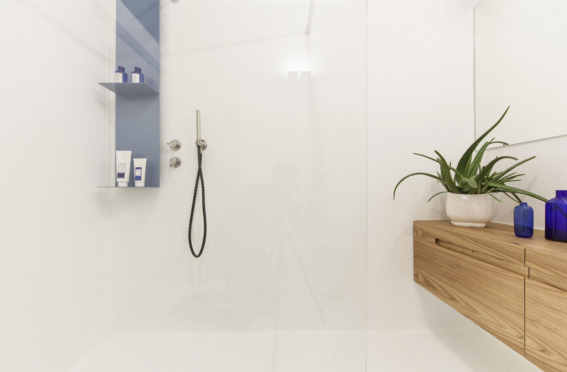 badkamers met inloopdouche minimalistisch wit