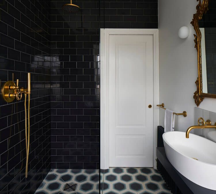 badkamers met inloopdouche zwarte metrotegels gouden douche