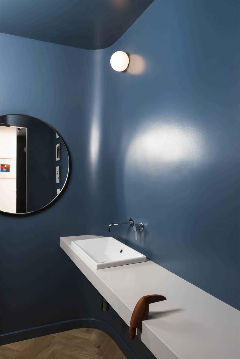 blauwe muur toilet
