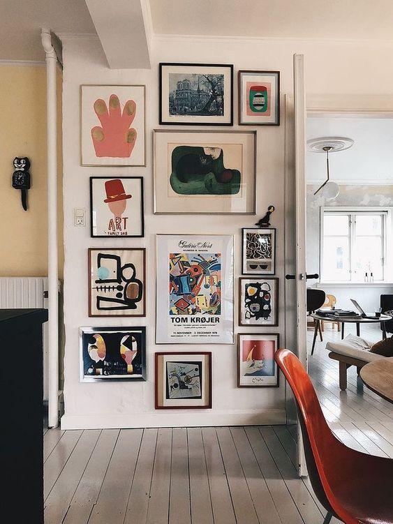 collage met lijsten maken aan de muur - eclectisch