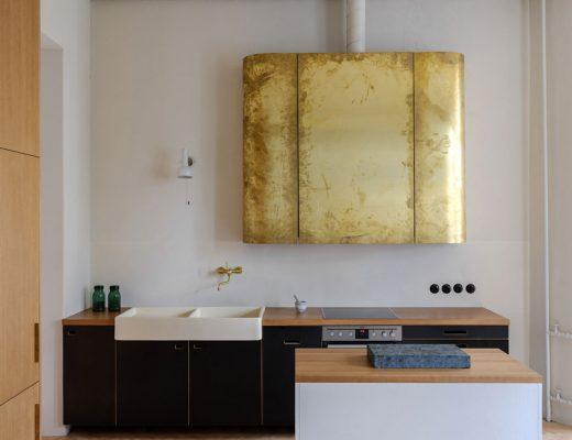 De gouden afzuigkap is dé eyecatcher van deze keuken!