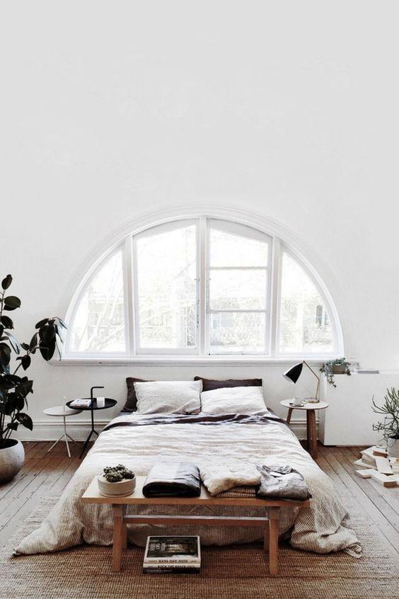 Decoratief bankje aan uiteinde van het bed