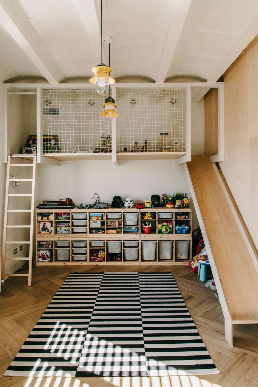 Deze kinderkamer grenst aan een geweldige speelkamer!