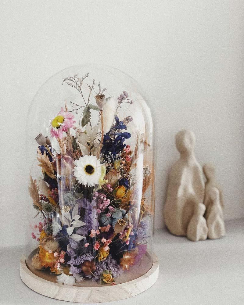 gedroogde bloemen glazen stolp