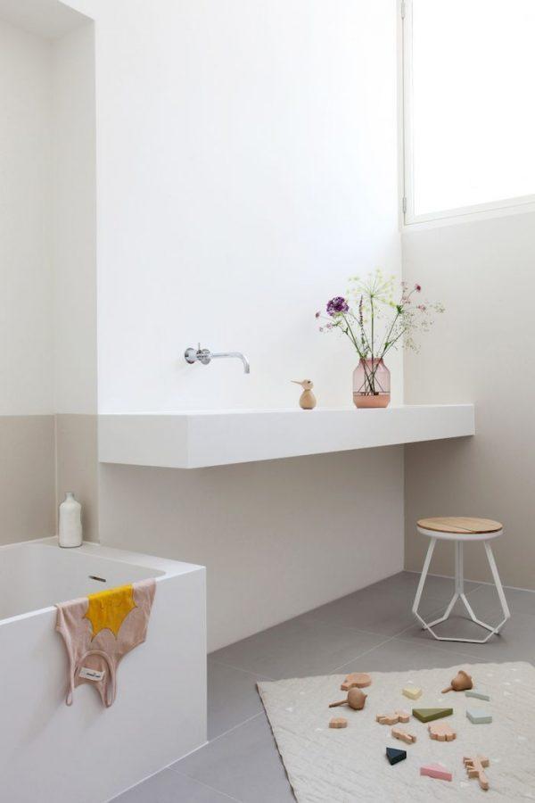 gestuukte muren badkamer zandkleur