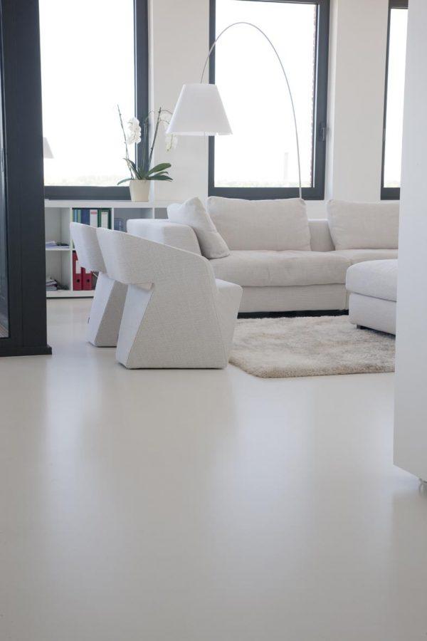 gietvloer wit woonkamer