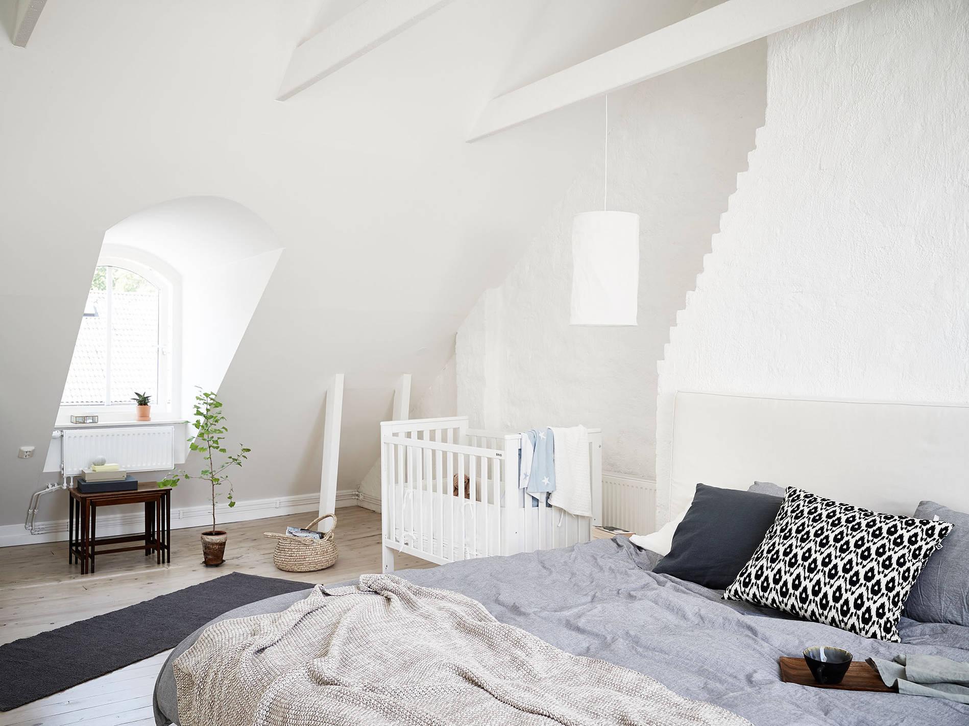 Binnenkijken licht zweeds huis thestylebox - Slaapkamer met zichtbare balken ...