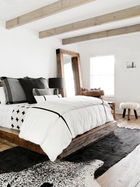 grote houten spiegel naast bed slaapkamer