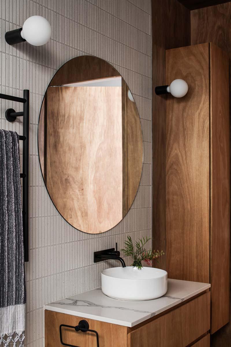 grote ronde spiegel boven wastafel badkamer