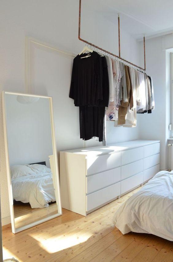 grote spiegel naast ladekast slaapkamer