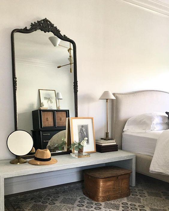grote spiegel op bankje slaapkamer