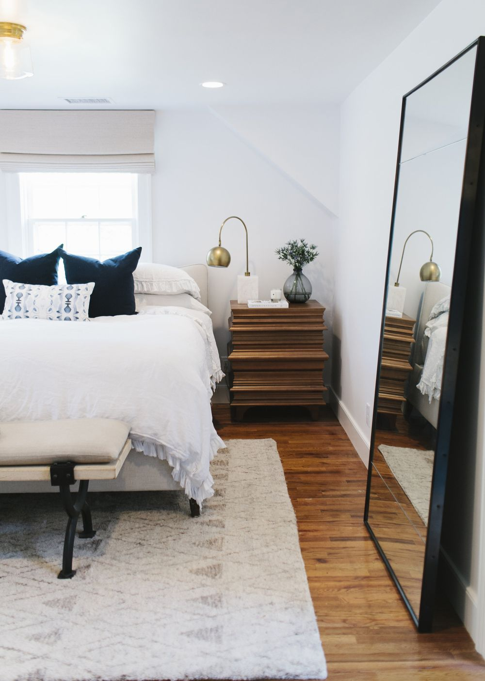 grote spiegel op vloer slaapkamer