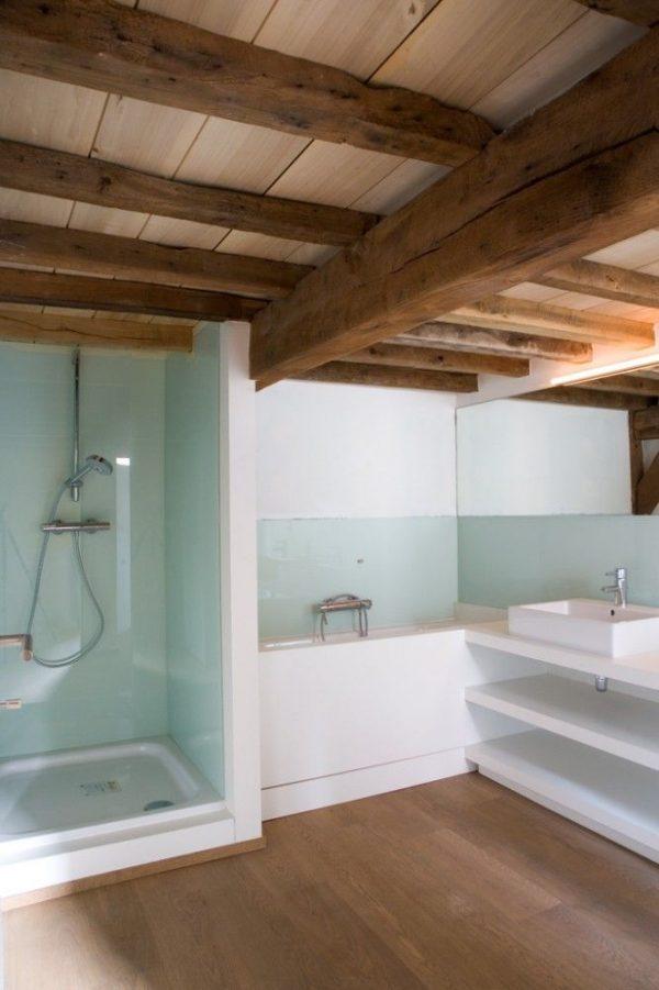 ... in de badkamer ligt in de overige badkamers liggen bruine tegelvloeren