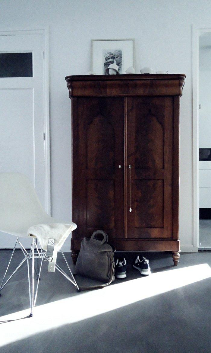 Oude houten kast in de slaapkamer thestylebox - Slaapkamer houten ...