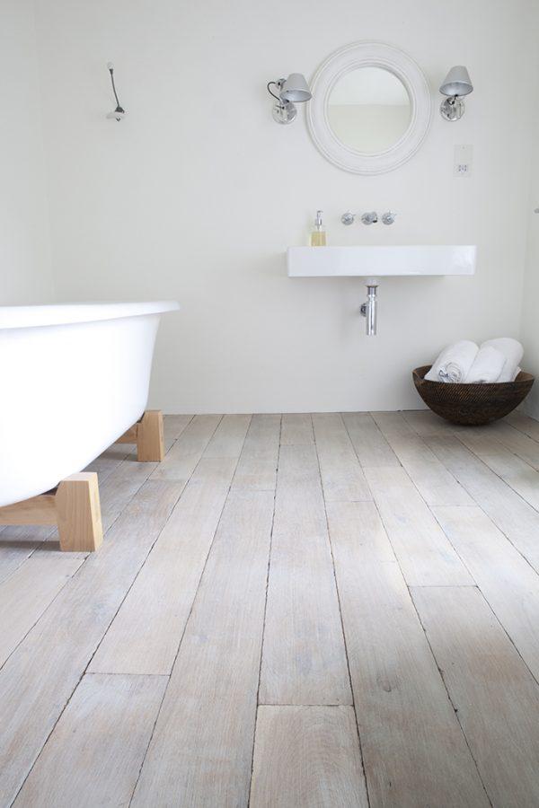 Houten vloer badkamer thestylebox - Badkamer houten vloer ...