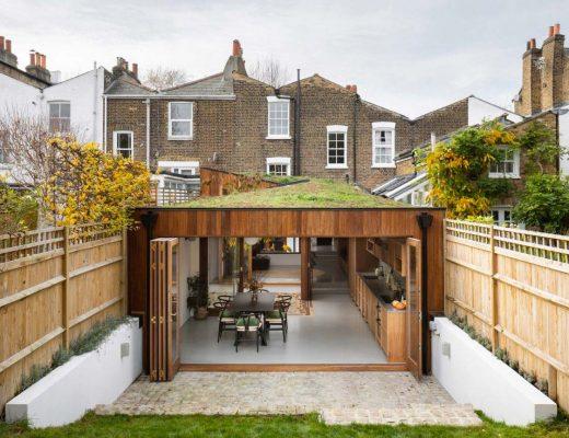 Turner Architects heeft een Georgiaans rijtjeshuis in Zuid-Londen gerenoveerd en uitgebreid, waardoor een opeenvolging van woonruimtes is ontstaan, afgewisseld met binnenplaatsen die de veranderende kleuren van de seizoenen naar binnen brengen.
