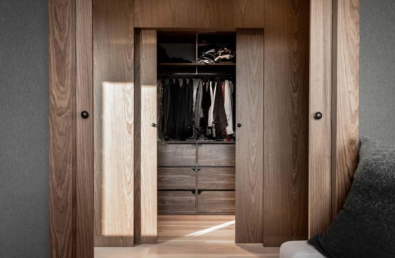 inloopkast houten schuifdeuren