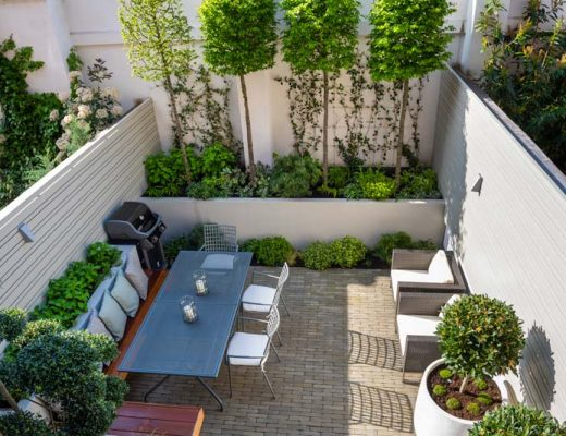 Intieme moderne tuin met veel groen