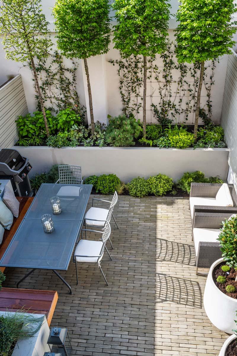intieme moderne tuin vaste plantenbak bomen