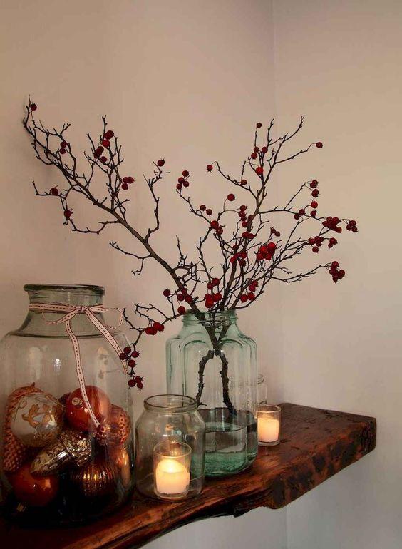 kersttak versieren rode besjes plank