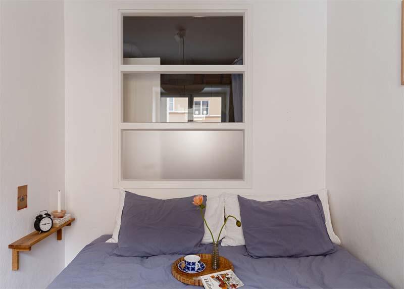kleine slaapkamer nachtkastje wandplank