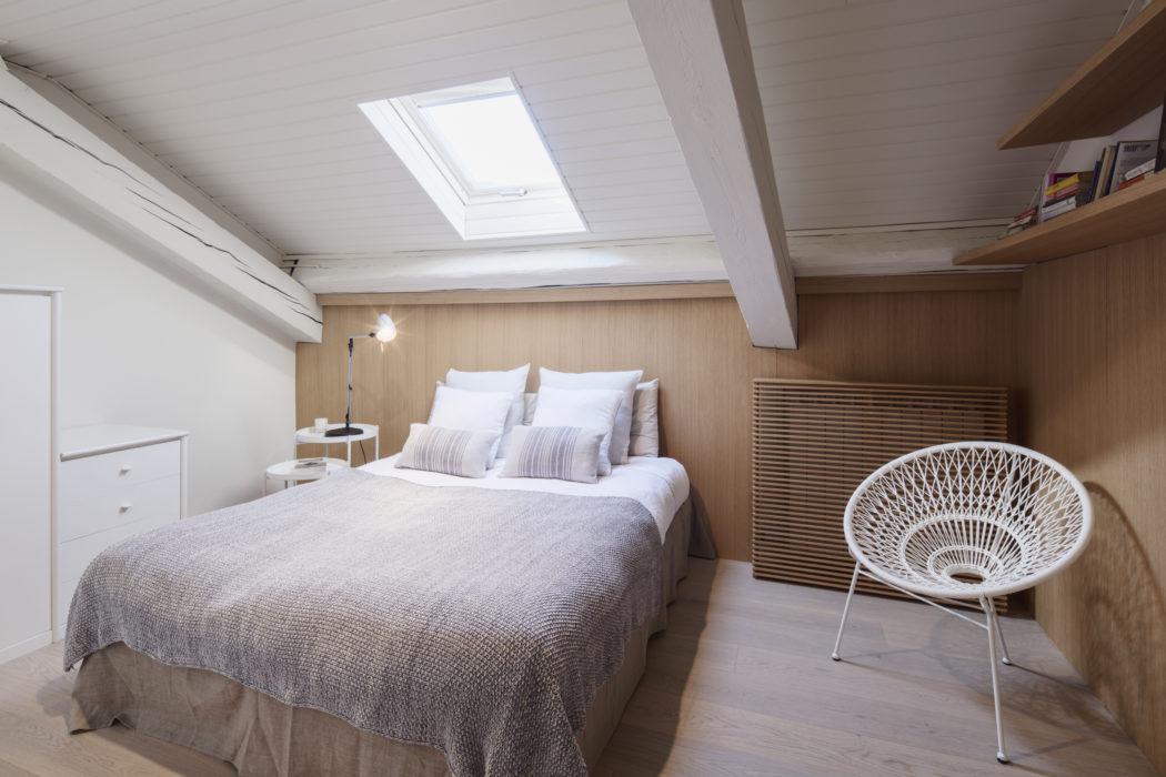 kleine slaapkamer schuine wand