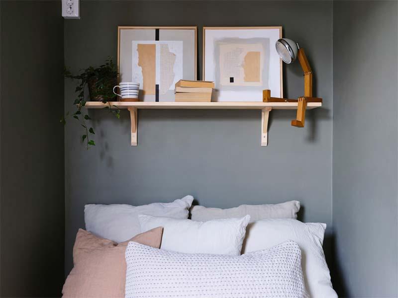 kleine slaapkamer wandplank boven bed