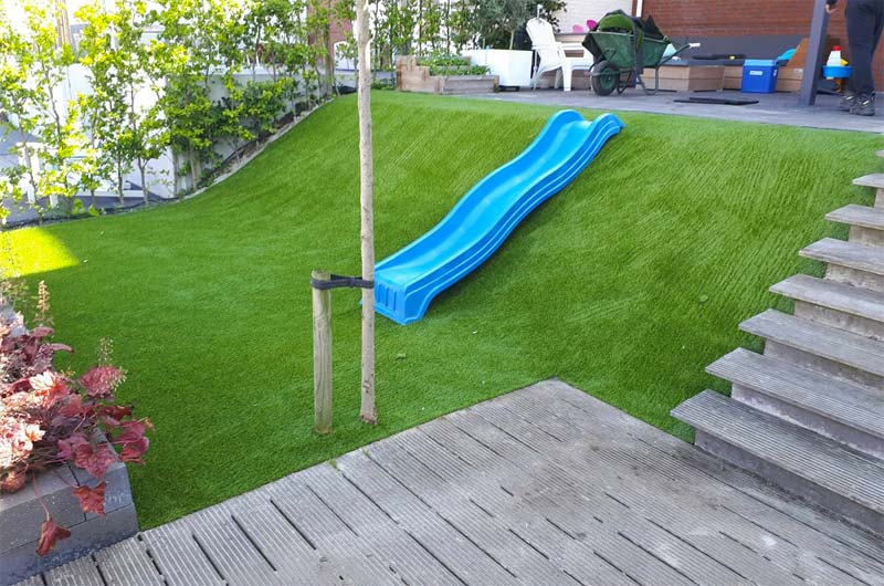kunstgras op heuvel aanleggen tuin