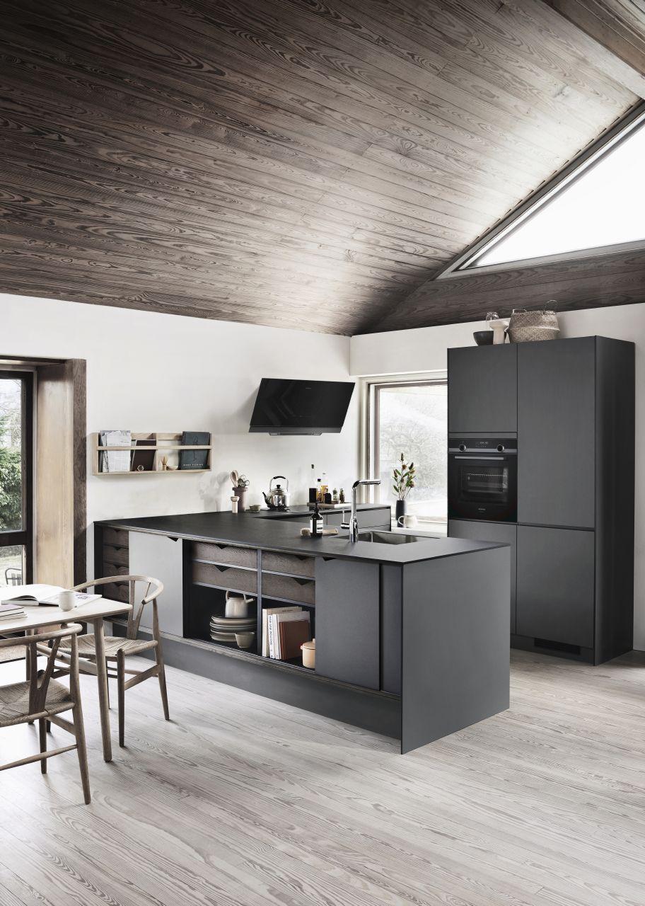 De Kvik Prato keuken kenmerkt zich met  scherpe kanten, een exclusieve look en een rustige, minimalistische uitstraling, terwijl de zwarte lijnen op de deuren en panelen voor een spannend contrast in het design zorgen.