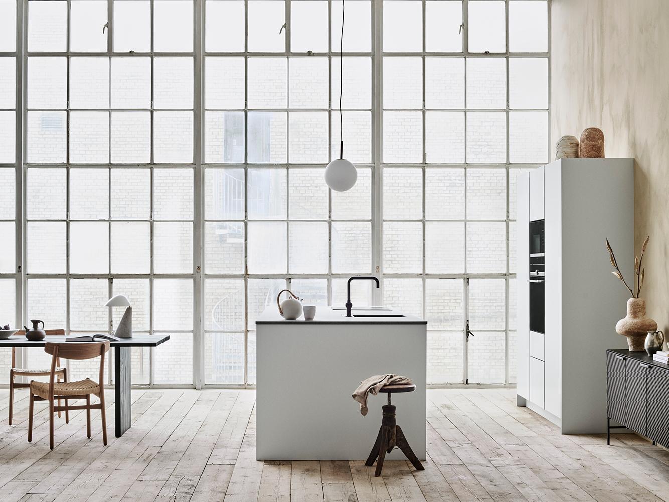 Houd je van klassiek minimalistisch Deens design? Dit is de Tinta keuken van Kvik, gekenmerkt met twee laden, eindpanelen, rustige oppervlakken en slanke lijnen.