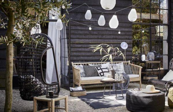 lampionnen zwart-wit tuin