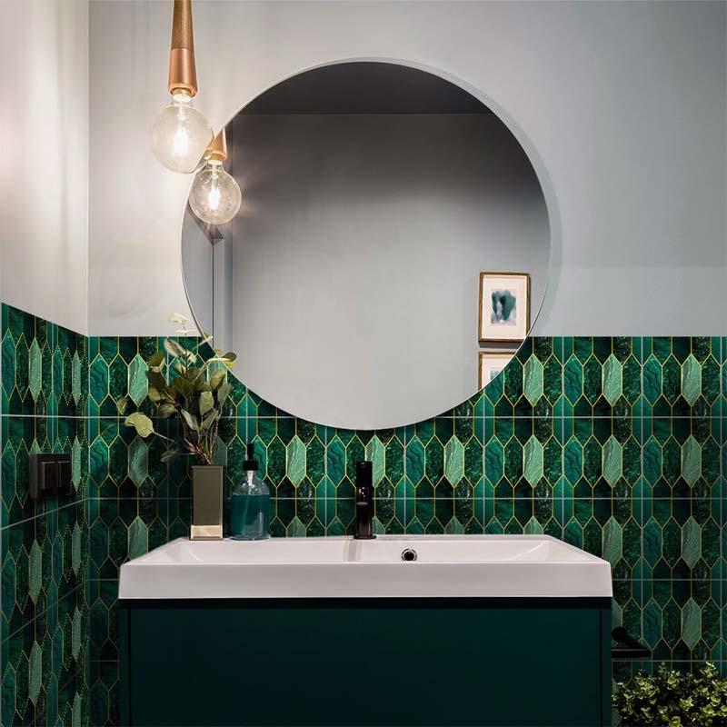 Een prachtige lambrisering met de Funlife Evergreen tegelstickers in een prachtige badkamer.