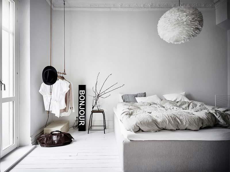 logeerkamer inrichten kledingrek aan plafond