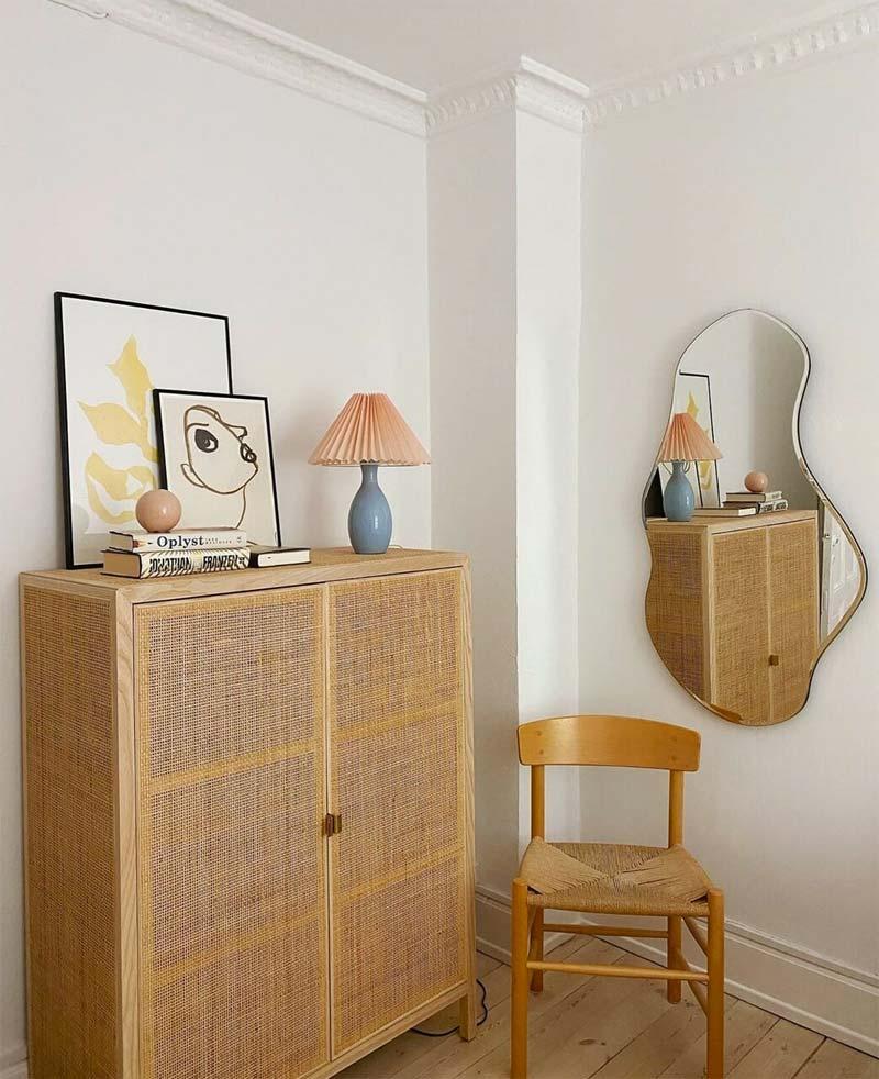 logeerkamer mooie spiegel organische vorm