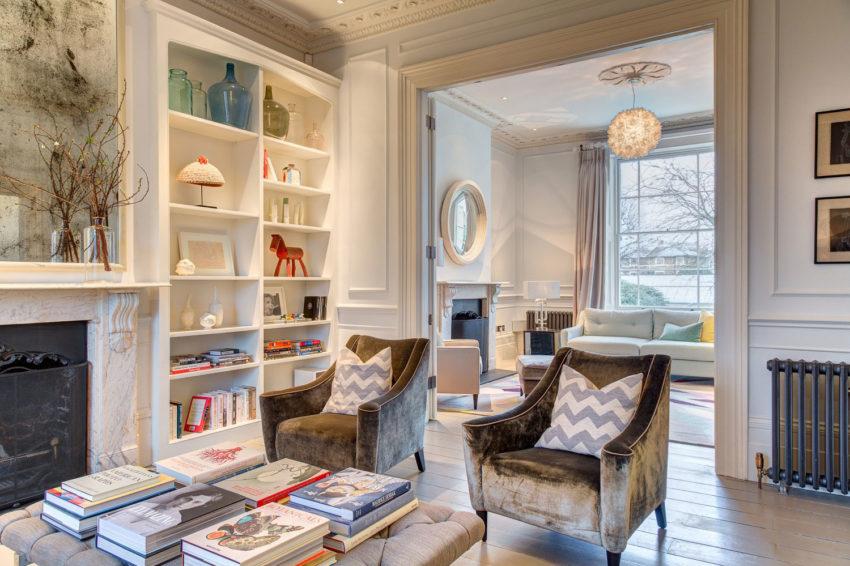 luxe karakteristieke woonkamer vaste boekenkast