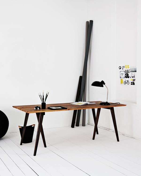 Houten bureau op kantoor thestylebox - Moderne kantoorbureaus ...