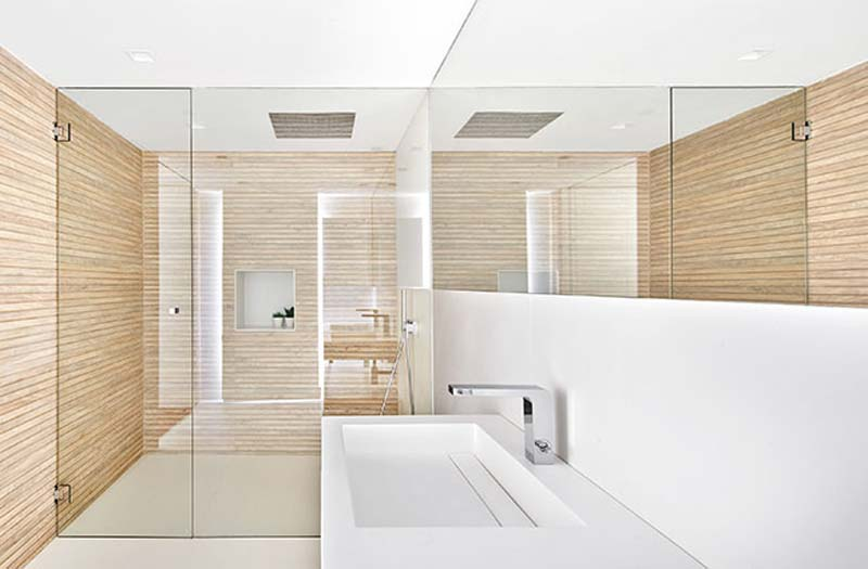 moderne badkamer houten wandbekleding