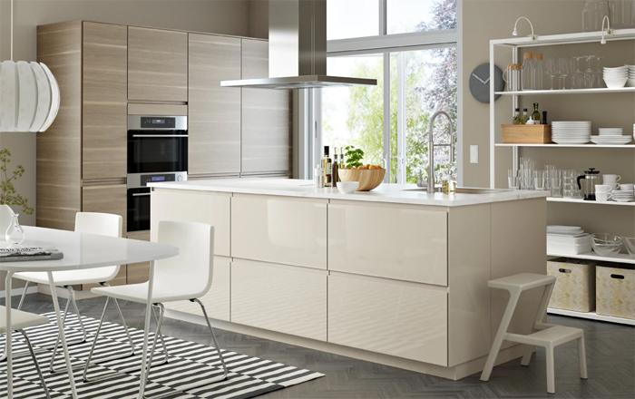 Moderne IKEA keuken met kookeiland