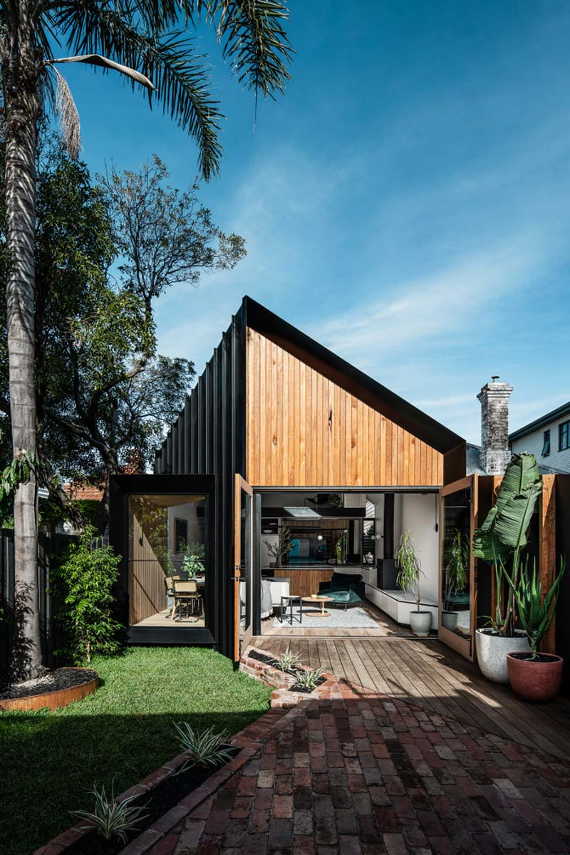 moderne woning zwarte houten gevel