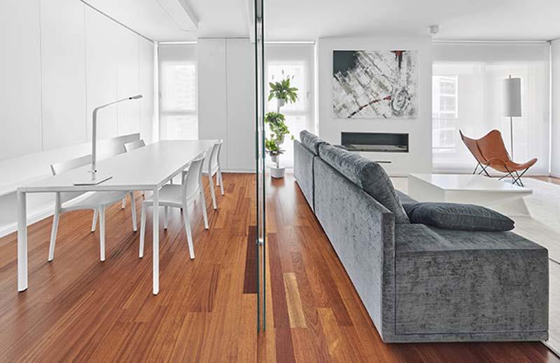 moderne woonkamer glazen scheidignswand eettafel