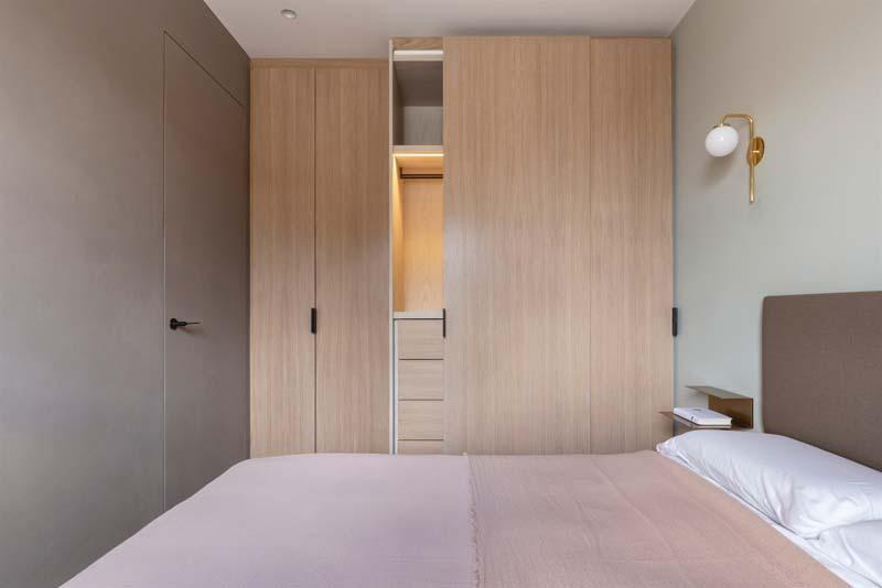 mooie slaapkamer met op maat gemaakte eikenhouten kledingkast