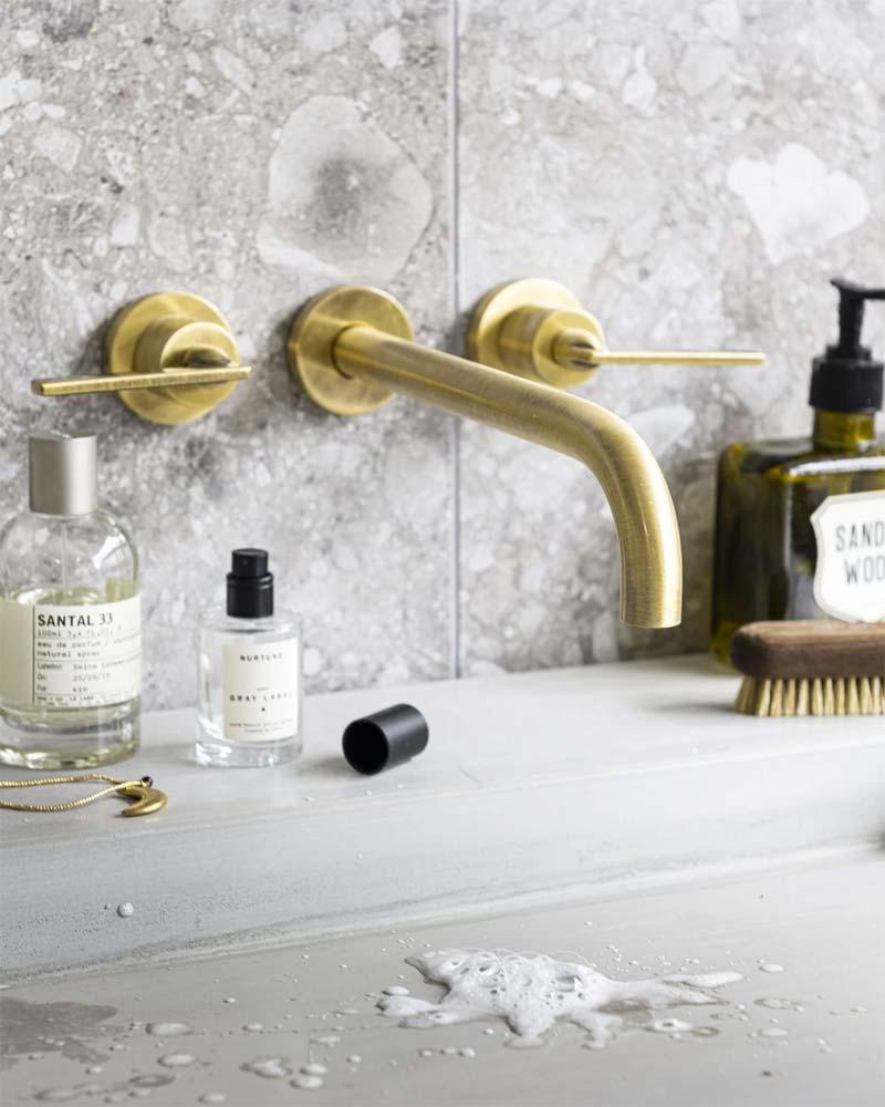 mooie vtwonen badkamer gouden kraan