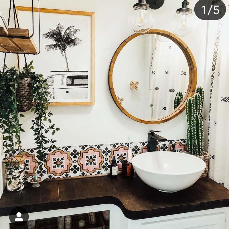In deze leuke badkamer is de onderzijde van de wastafel-wand betegeld met een strook mooie quadrostyle Syracuse tegelstickers met een exotisch patroon.