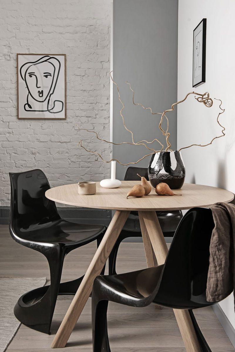ronde houten eettafel zwarte stoelen